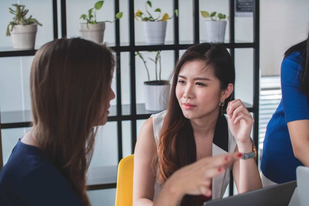 kvinnor som diskuterar innehållet i kurs